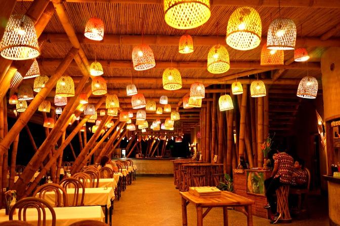 Cafe dengan desain bambu klasik dan elegan