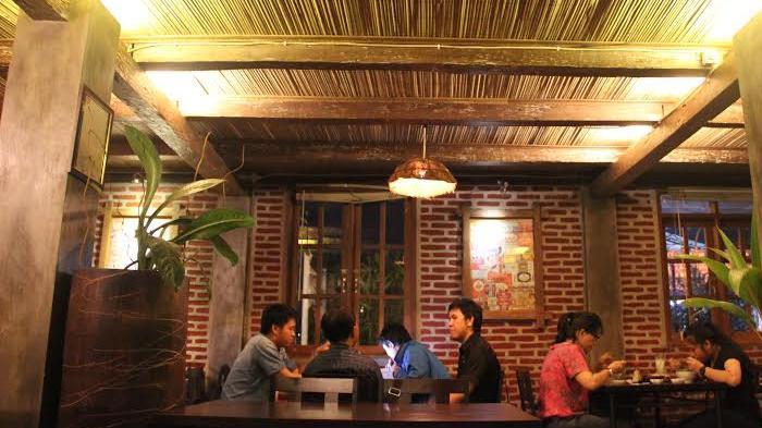 Cafe dengan desain kombinasi kayu dan bata atau beton